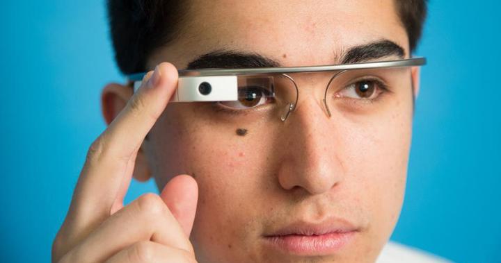 hombre usando las google glass