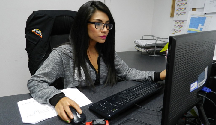 mujer trabajando con el ordenador