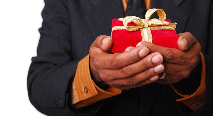 hacer un regalo