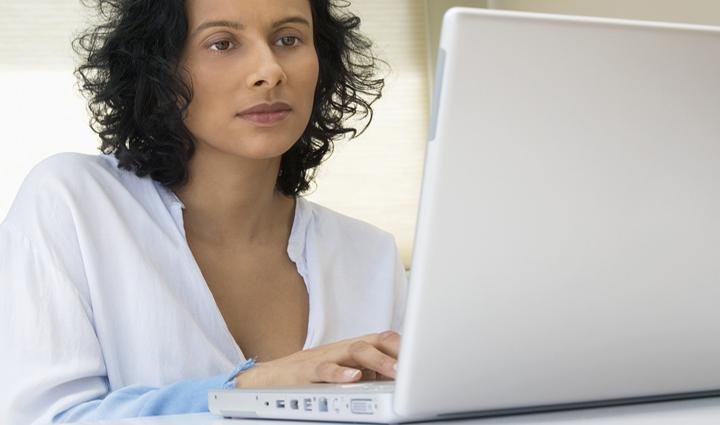 mujer usando el ordenador