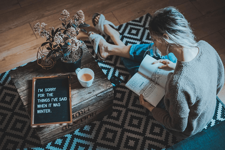 mujer-leyendo-en-casa