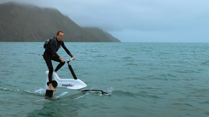 hidrobicicleta /><br /> Esta hidrobicicleta está realizada con<strong> fibra de carbono</strong> resistente y <strong>aluminio </strong>de <strong>calidad aeronáutica</strong>. Dos materiales que a su vez la hacen flotante y ligera para poder transportarla. </p> <p>El modelo, que se ha hecho realidad tras tener listo el <strong>primer prototipo</strong> en el año <strong>2018</strong>, es una combinación de bicicleta y avión con el que se imita la experiencia de ciclismo en el agua, gracias a las láminas de fibra de carbono que son similares a las de los <strong>veleros </strong>de la <strong>Copa América</strong>.</p> <h3><strong>Precio y disponibilidad</strong></h3> <p>La hidrobicicleta Hydrofoiler XE-1 se venderá en <strong>Europa </strong>a un precio de <strong>7.990 euros</strong> más impuestos. </p> <p>Artículos relacionados:</p> <p>– <a href=